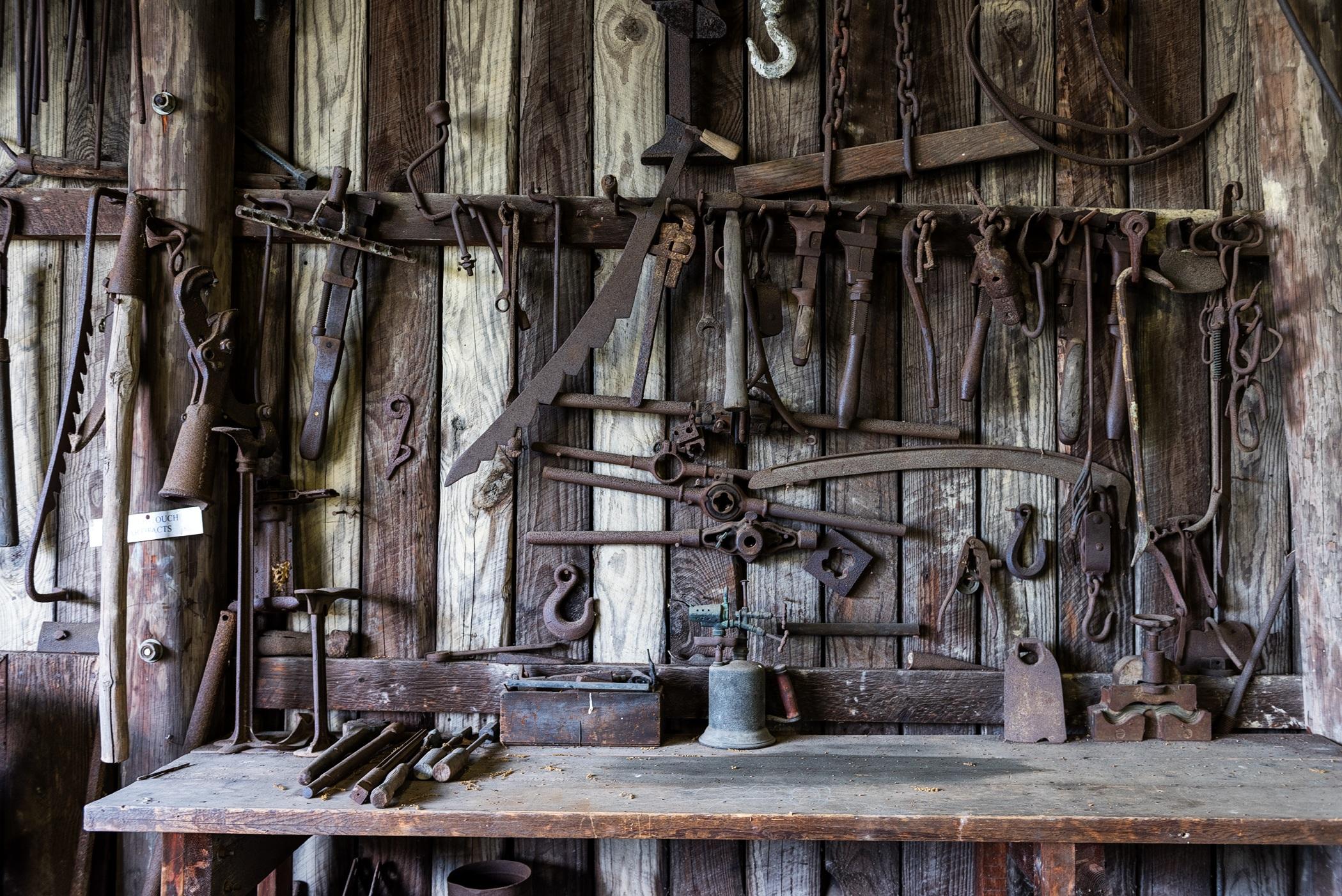 images/tools-blacksmith-tools-shop-rustic-162631.jpeg